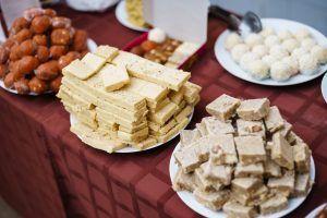 Индийские сладости, привезенные на фестиваль из ресторана. Фото: Антон Гончаренко