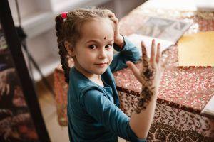 Девочка показывает только что нарисованное мехенди. Фото: Антон Гончаренко