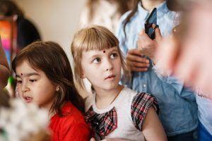 Гостьи фестиваля со «знаком правды» бинди на лбу. Фото: Антон Гончаренко