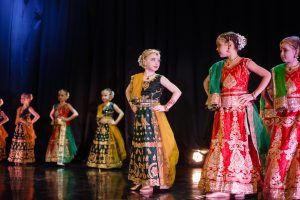Участницы ансамбля «Калакар» готовятся начать танец. Фото: Антон Гончаренко