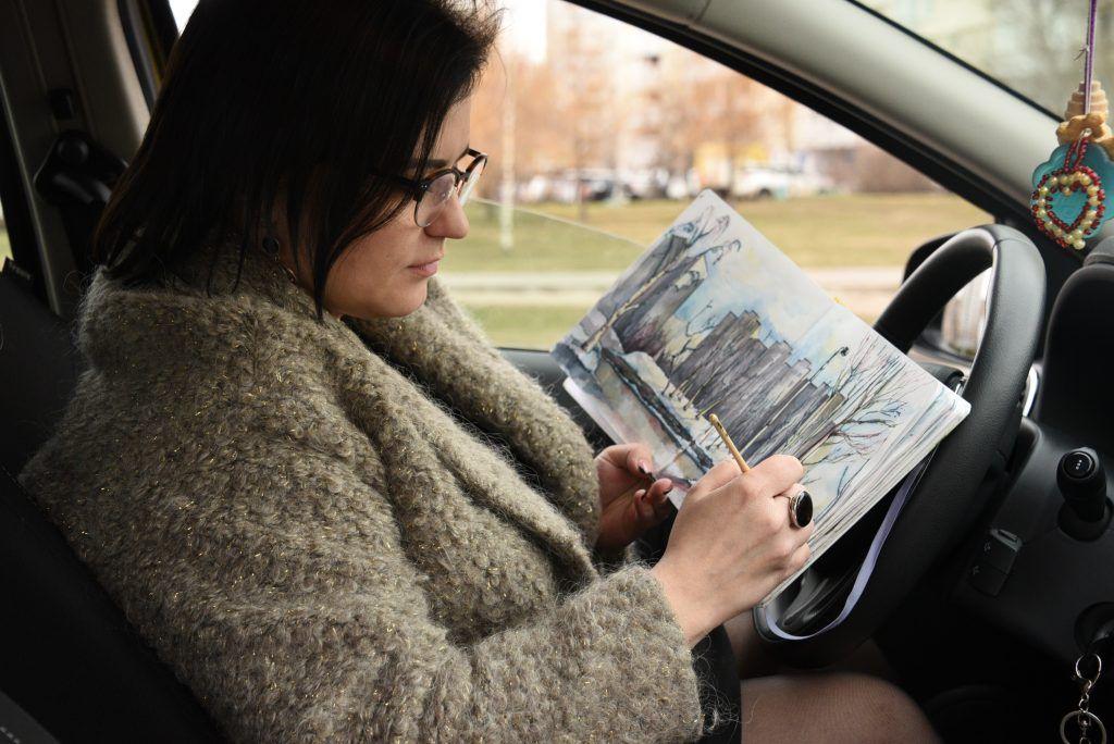 Зимой художница рисует в машине. Даже в социальных сетях она публикует свои работы под хэштегом #автопленэр. В среднем на одну работу у нее уходит от 30 минут до получаса. Фото: Пелагия Замятина «Вечерняя Москва»