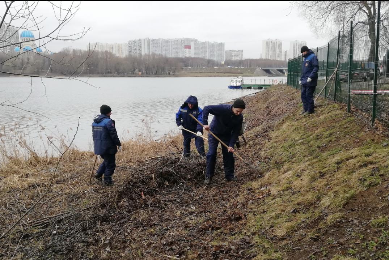 Специалисты Департамента ГОСЧиПБ в южном округе столицы приняли участие в общегородском экологическом субботнике.