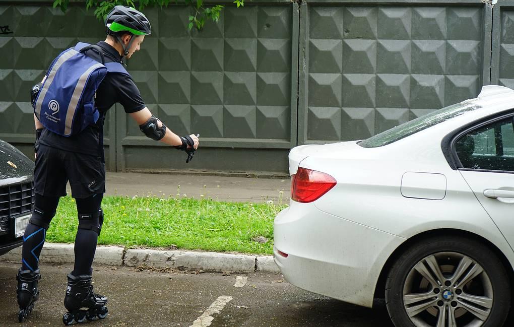 В Москве инспекторы-роллеры приступили к патрулированию платных парковок