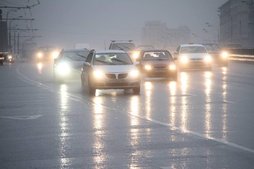 Грядет непогода: водителей Москвы призвали оставить личный транспорт