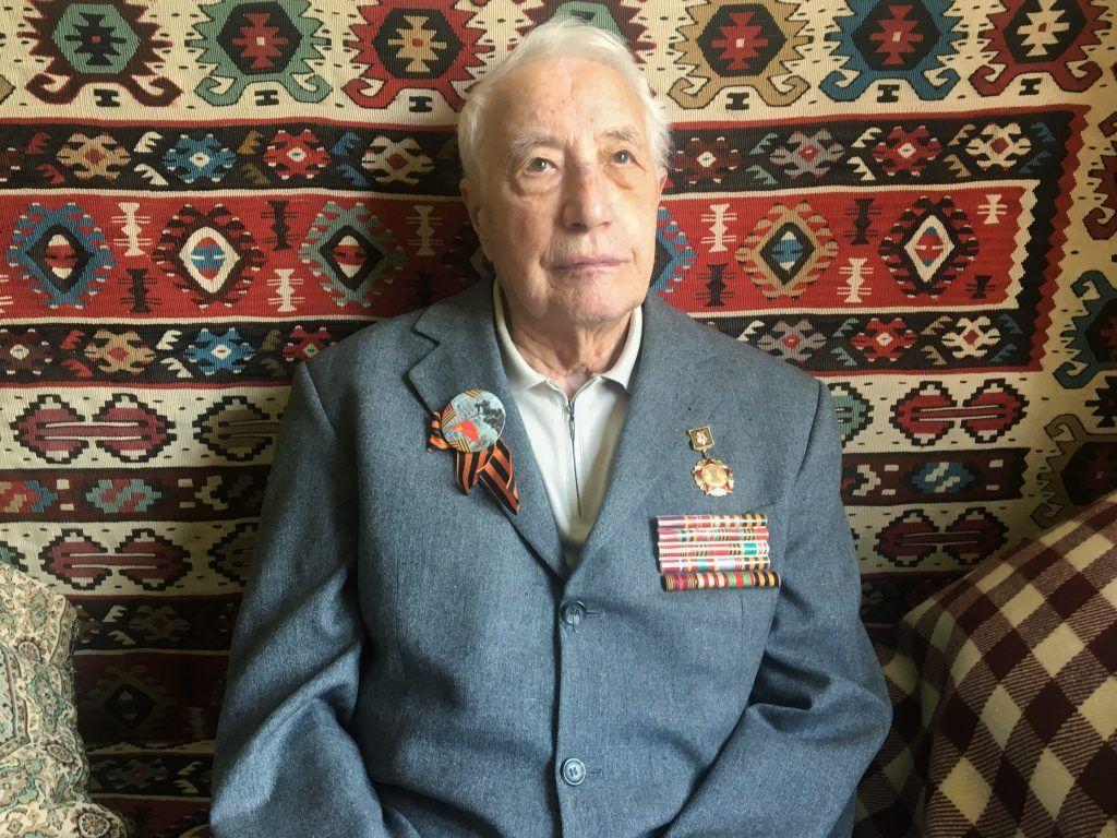 Феликс Афанасьев в пиджаке с наградами. Фото: Юлия Панова