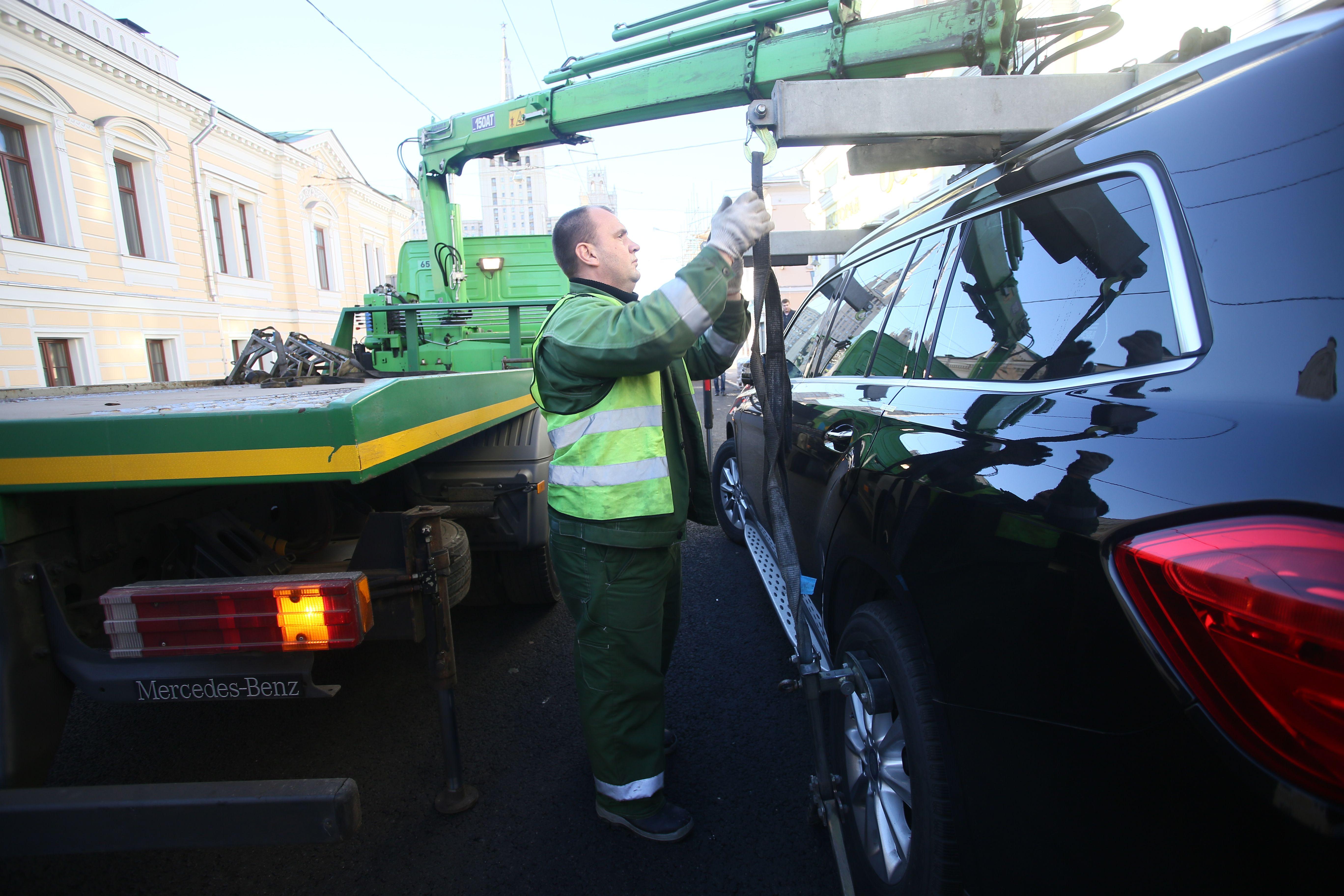 Москвичи эвакуированных машин могут обратиться к роботу за помощью