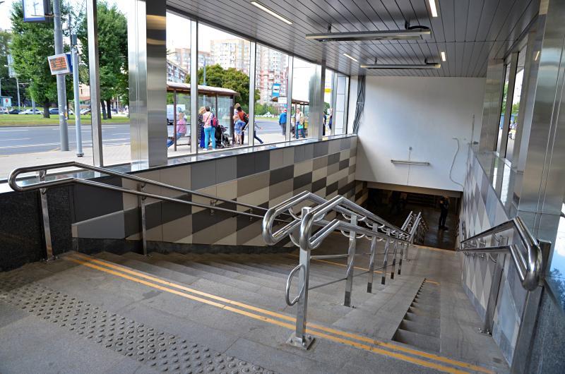 Прочные и безопасные: около 80 станций столичного метро оснастили новыми стеклами