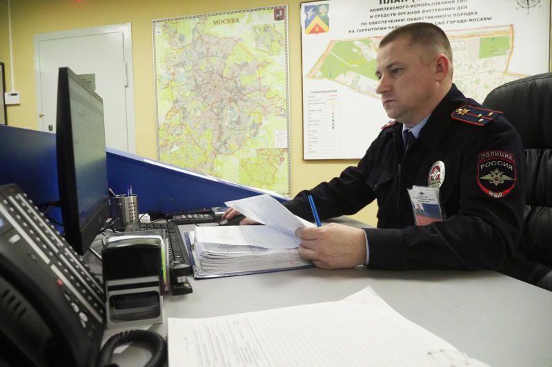 Полицейские юга столицы напоминают гражданам об удобстве получения госуслуг в электронном виде