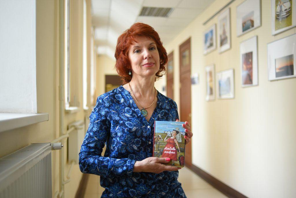 31 мая 2019 года. Доктор социологии Светлана Барсукова со своей первой художественной книгой в руках. Фото: Александр Кожохин