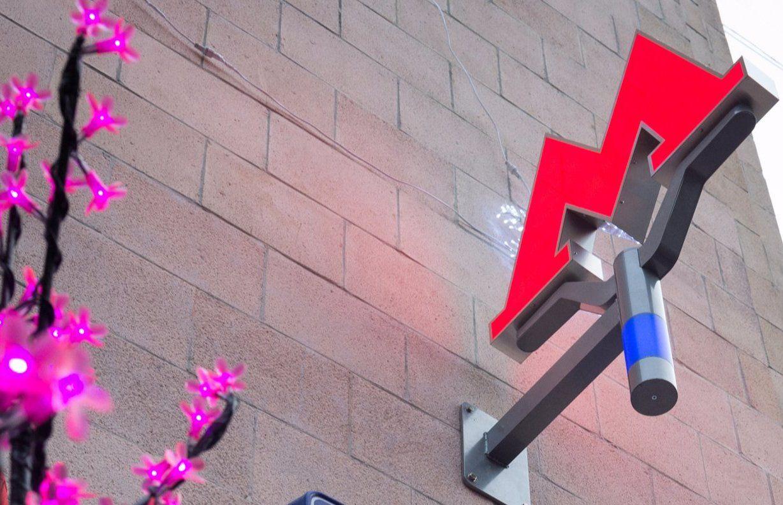 Знаки метрополитена установили на переходах к двум станциям юга