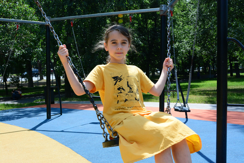 24 июня 2019 года. Юная москвичка Аглая Кудряшова очень любит проводить время в парке «Детский». Фото: Пелагия Замятина