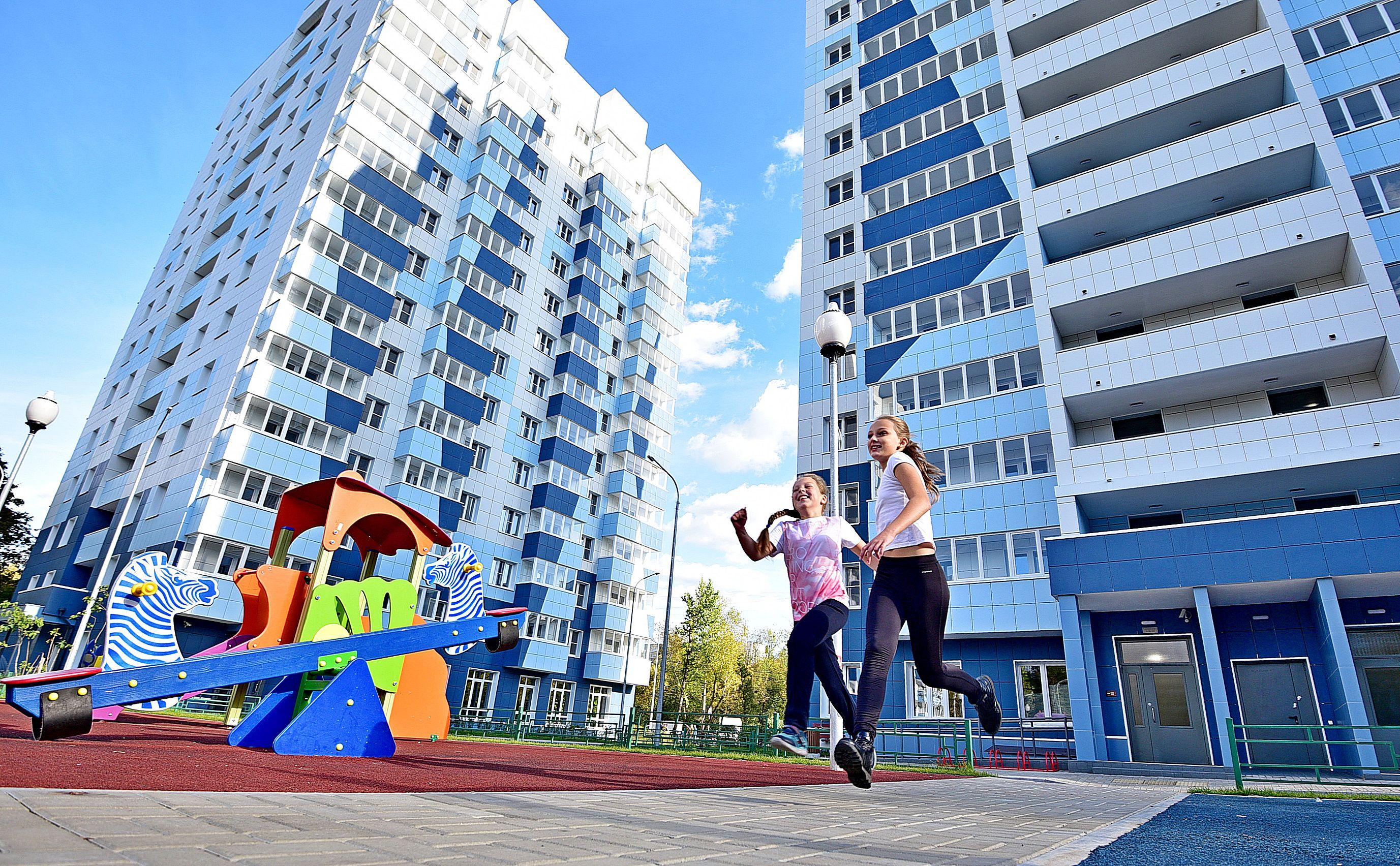 10 мая 2019 года. Школьницы Катя Романова и Соня Крымова (слева направо) во дворе дома № 17 на Судостроительной улице. Фото: Пелагия Замятина