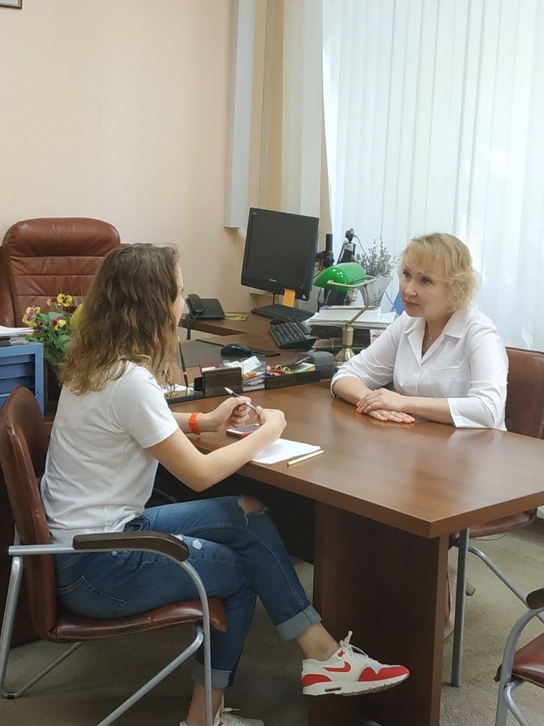 Главный врач онкологического диспансера № 4 Елена Самышина (справа) ведет прием пациентов.