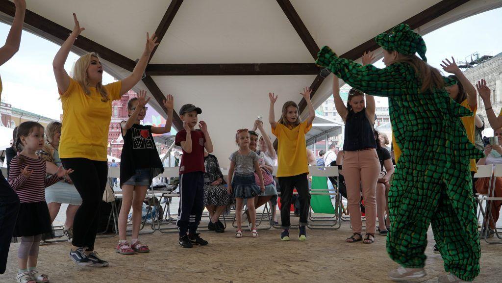 Артисты «Поколения» играют с посетителями книжного фестиваля «Красная площадь» в игру «Бронтозябра». Фото: Марина Граматкина