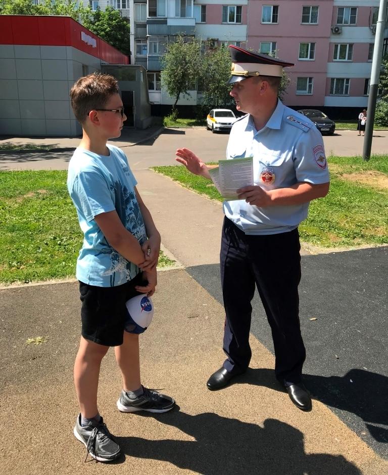 Сотрудники Госавтоинспекции по г. Москве провели с детьми беседу на свежем воздухе