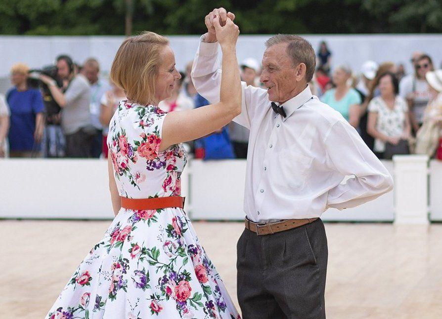 Аккорды лета: участников «Московского долголетия» пригласили на танцы