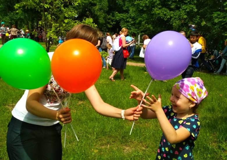 Разноцветный праздник: более 200 воздушных шаров раздали детям в «Сосенках»