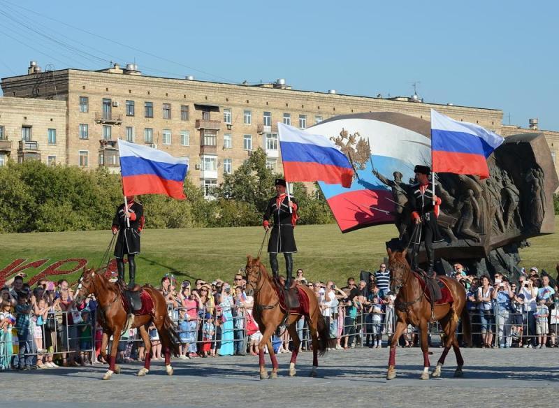 Праздничными плакатами украсили город ко Дню России