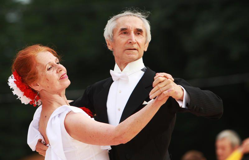 Горожан старшего поколения пригласили потанцевать на летней веранде в Дендропарке