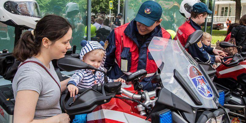 Московские спасатели поздравили пациентов Морозовской детской больницы с Днем защиты детей