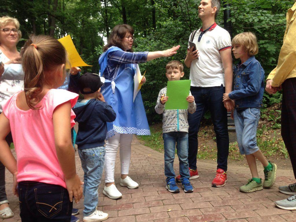 Сотрудница библиотеки Зульфия Вершинина проводит викторину для детей и взрослых. Фото: Виктория Чуранова