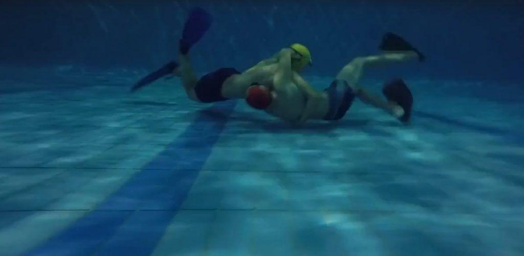 Так выглядит борьба под водой (2). Рингом для акватлона служит пятиметровый водяной куб, размеченный в бассейне, бой длится три раунда по 30 секунд. Фото из личного архива воспитанников клуба «Косатка»