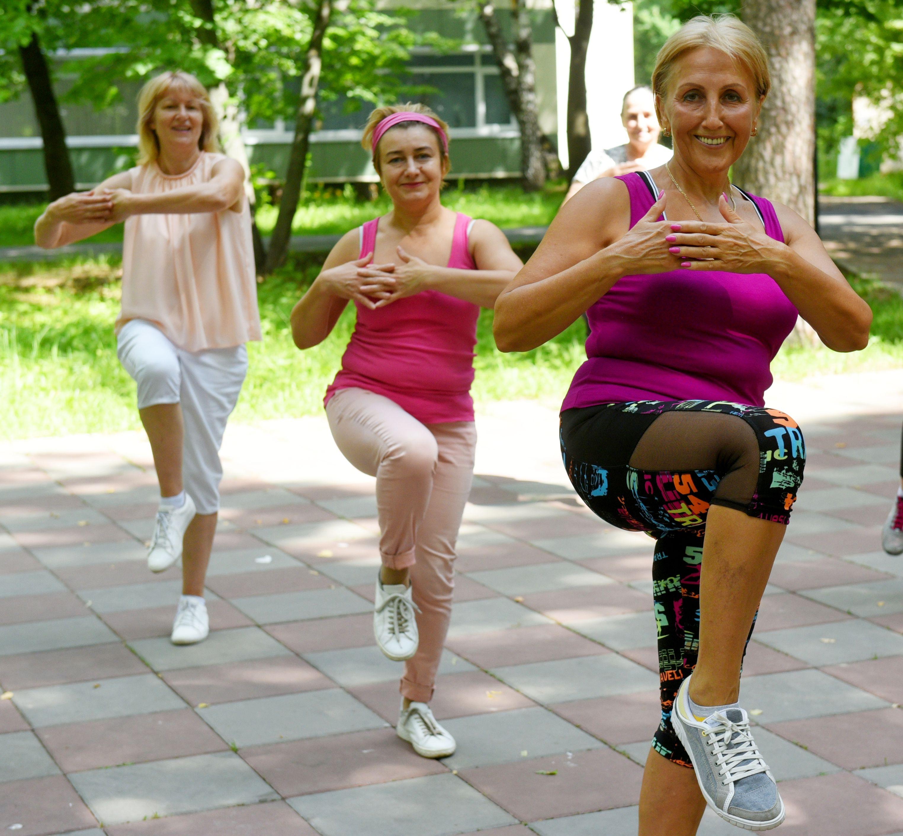 Пенсионеров пригласили на физкультуру в парках
