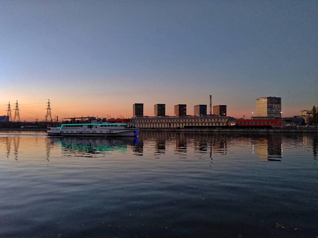 Сумрачная Москва-река: народный корреспондент провел вечер на Нагатинской набережной