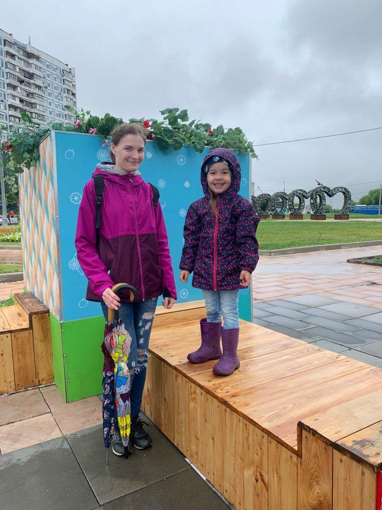 А вот Ольга Дронова с дочерью Амелией гуляют здесь частенько, а потому стали одними из первых, кто увидел изменения. Фото: Юлия Смагринская