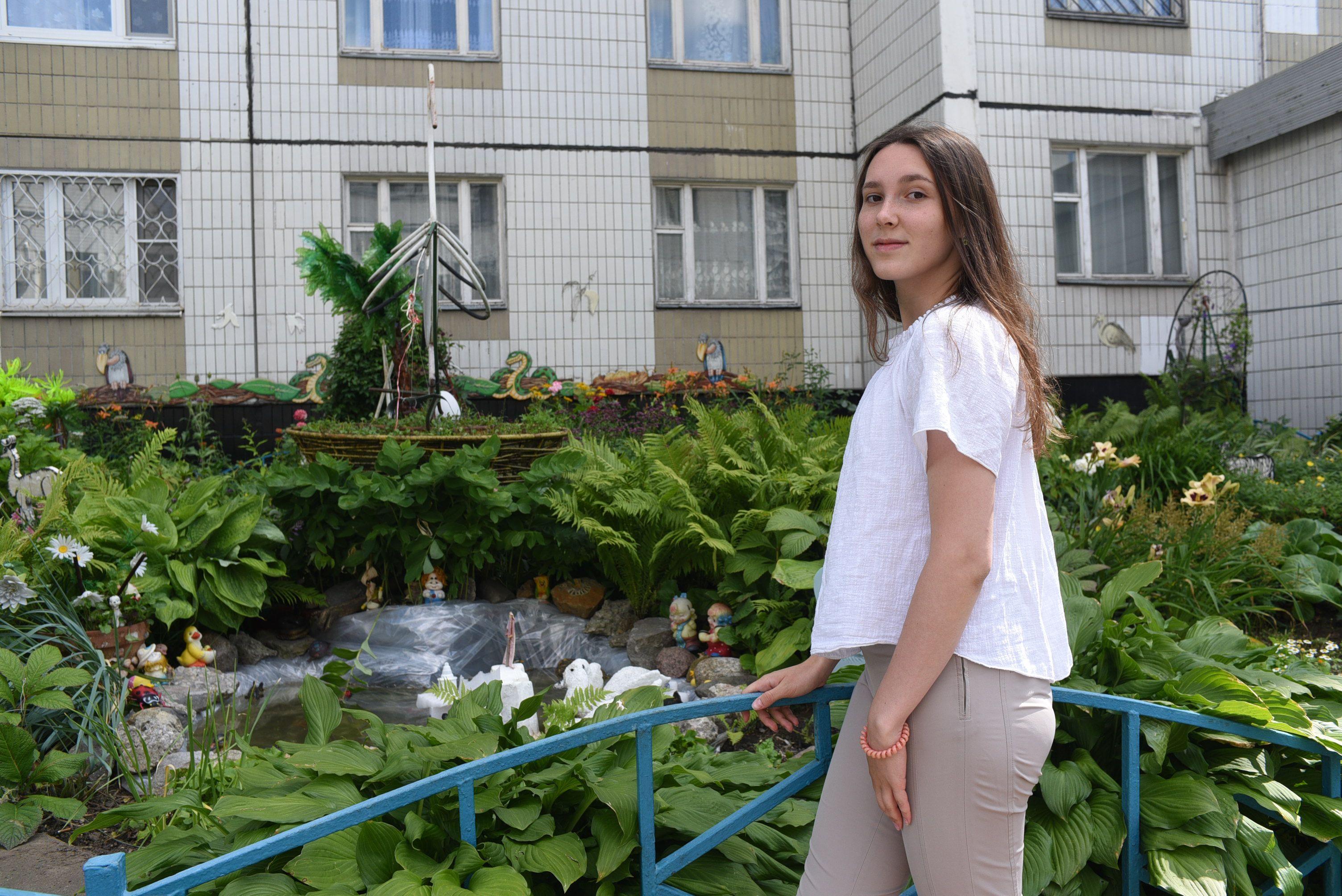 Абрикосовое дерево и зоопарк: необычный сад создала жительница дома по Ключевой улице