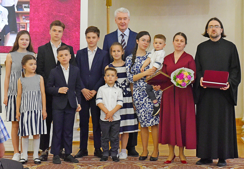 Сергей Собянин наградил многодетные семьи знаком «Родительская слава»