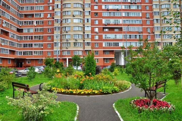 Благоустройство дворов на улице Красного Маяка закончат к концу августа