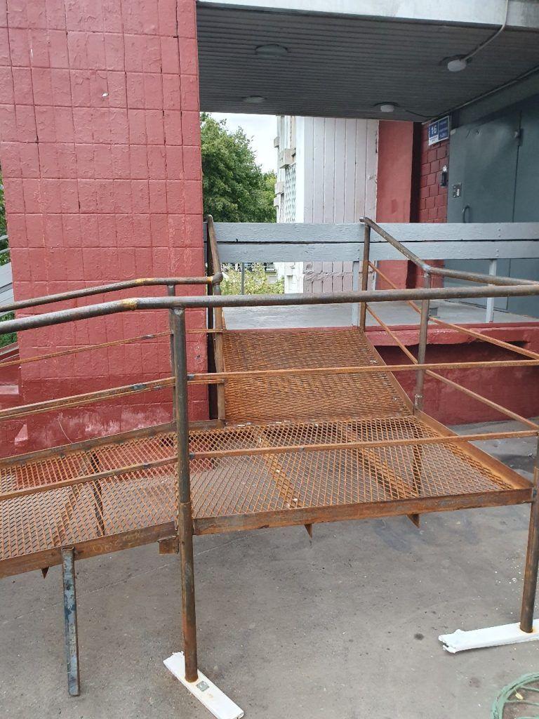До ремонта пандус был закрыт лестничными перилами. Фото: Юлия Панова