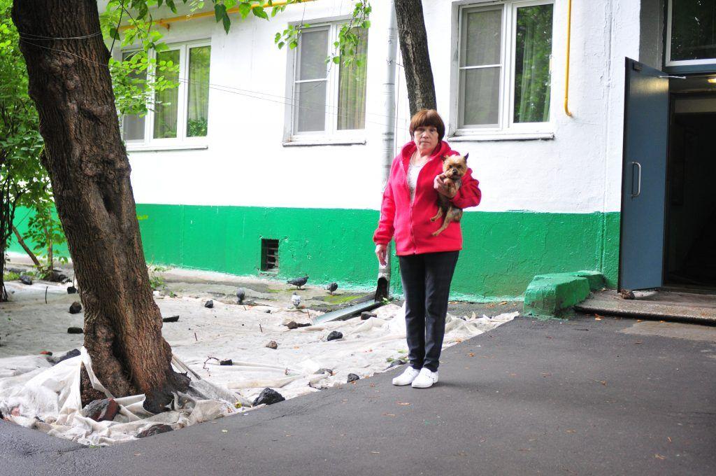 9 августа 2019 года. Местная жительница Мария Мураева надеется, что после обустройства стока даже осенние дожди газону будут не страшны. Фото: Пелагия Замятина