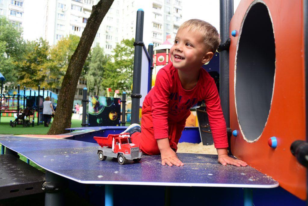 А маленький Макс Максимов часто играет в песочнице. Фото: Пелагия Замятина