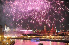 Залпы фейерверков раскрасят московское небо. Фото: Александр Казаков