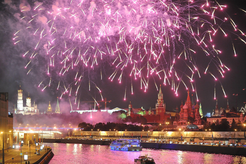 Праздничные салюты ко Дню города прогремят в 16 парках Москвы