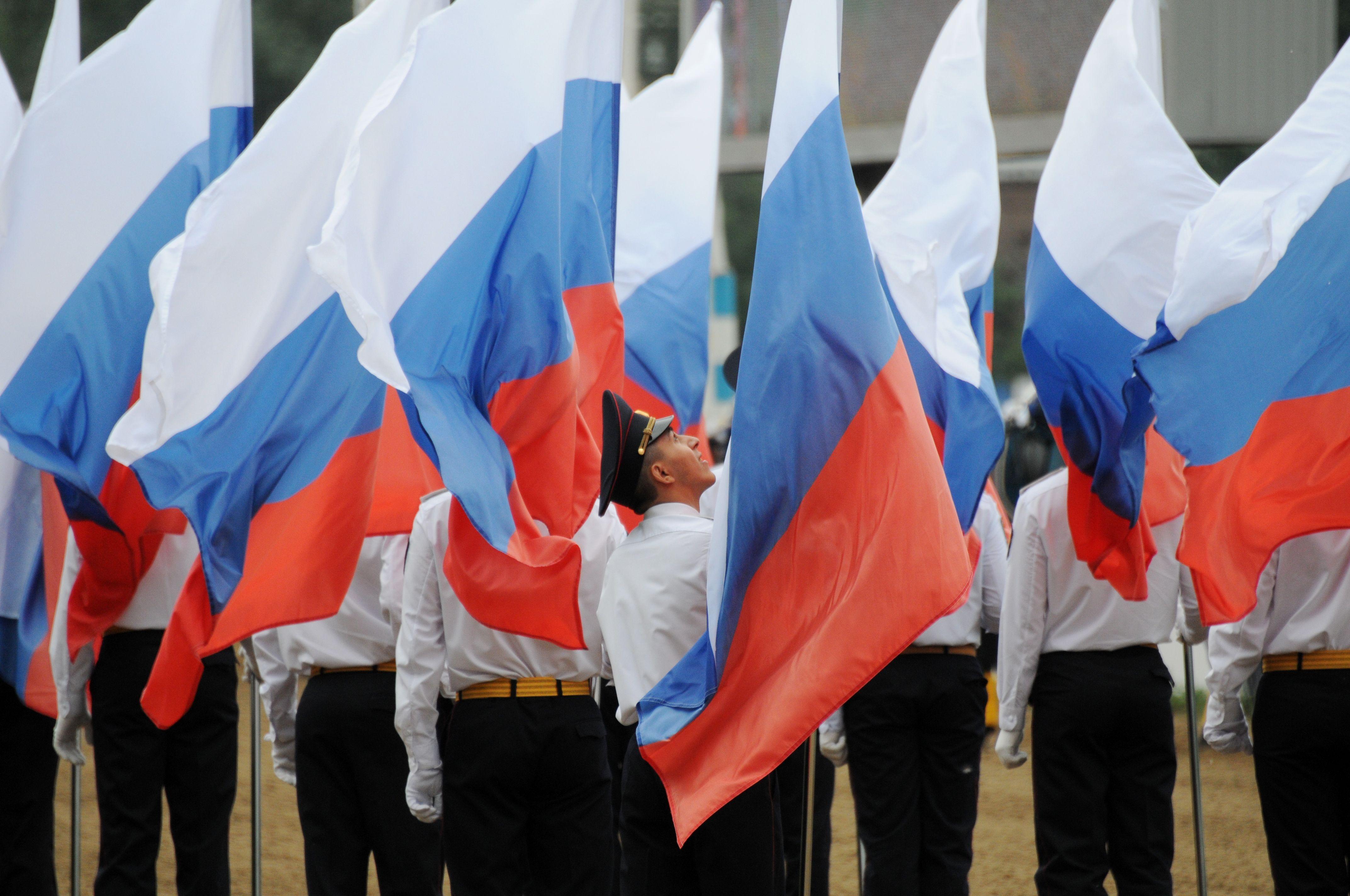 Участники флешмоба на Сахарова развернули гигантский флаг России