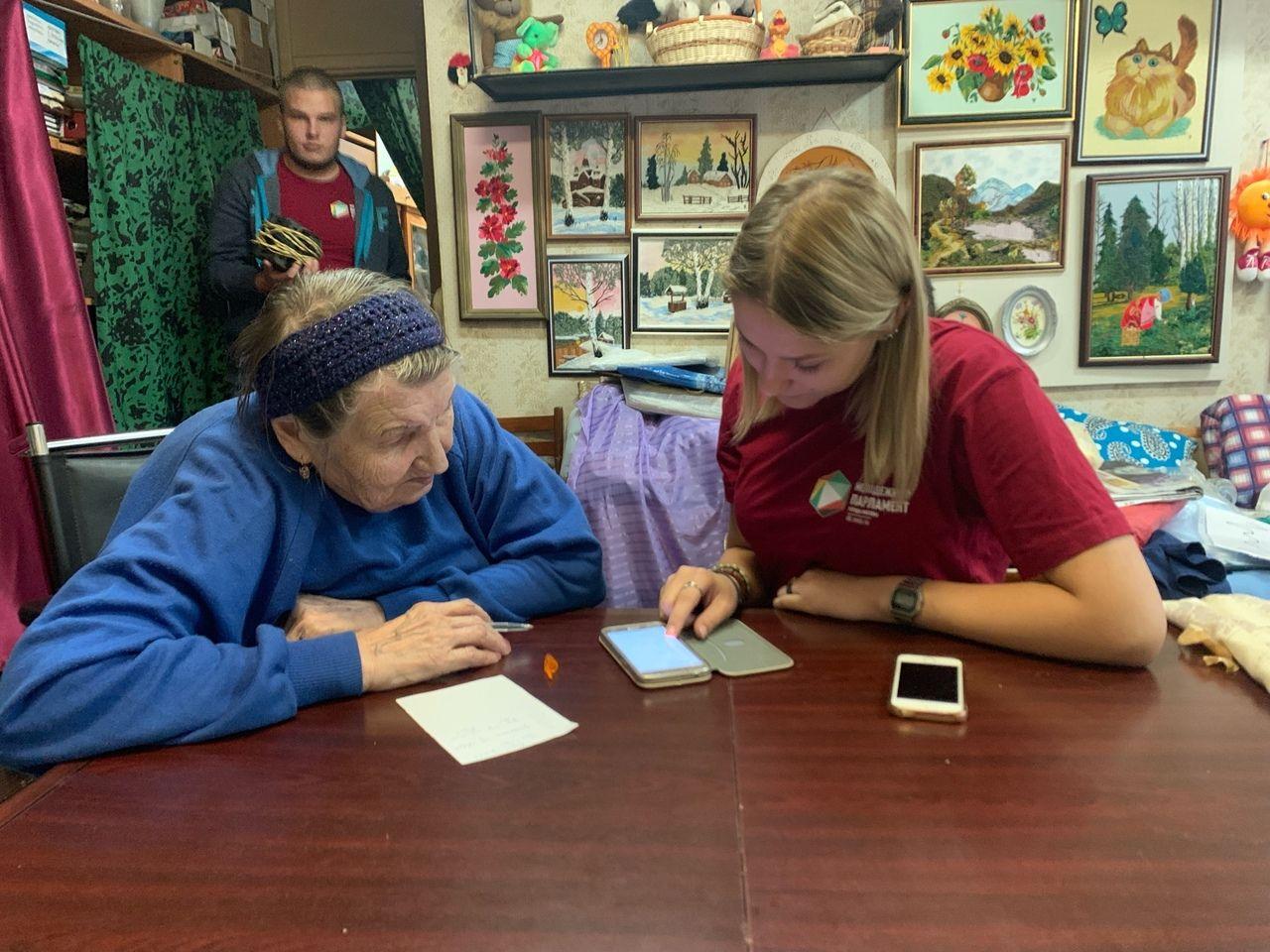 Молодые парламентарии Чертанова Северного научили жительницу района пользоваться смартфоном