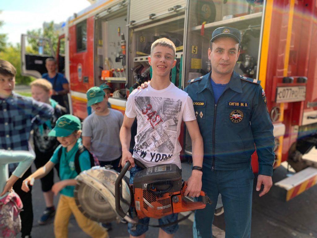 Пожарные юга рассказали детям о безопасном использовании электрических приборов. Фото: пресс-служба Управления по ЮАО Главного управления МЧС России по Москве
