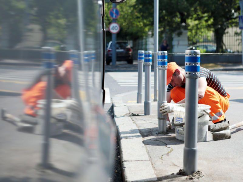 Антипарковочные столбики появятся рядом с домом на Варшавском шоссе