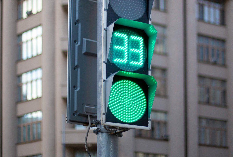 Светофоры на Ленинском проспекте перенастроили в пользу пешеходов