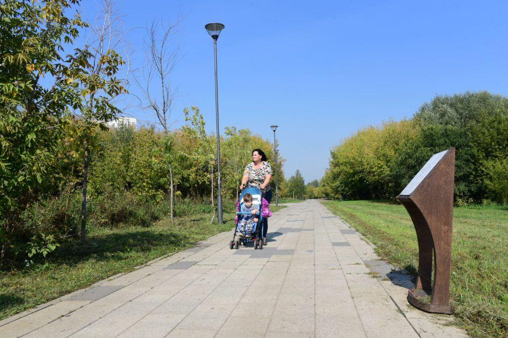 6 сентября 2019 года. Москвичка Ольга Лапшова гуляет с сыном в парке, мусор отсюда вывезли после жалоб жителей. Фото: Пелагия Замятина