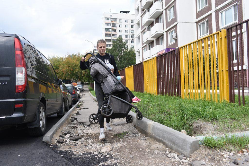 Раньше мамам приходилось нести коляски в руках. На фото Евгения Ковалева с дочерью Алисой. Фото: Пелагия Замятина