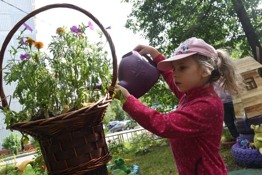 Маргарита Быстрицкая помогает бабушке ухаживать за цветами