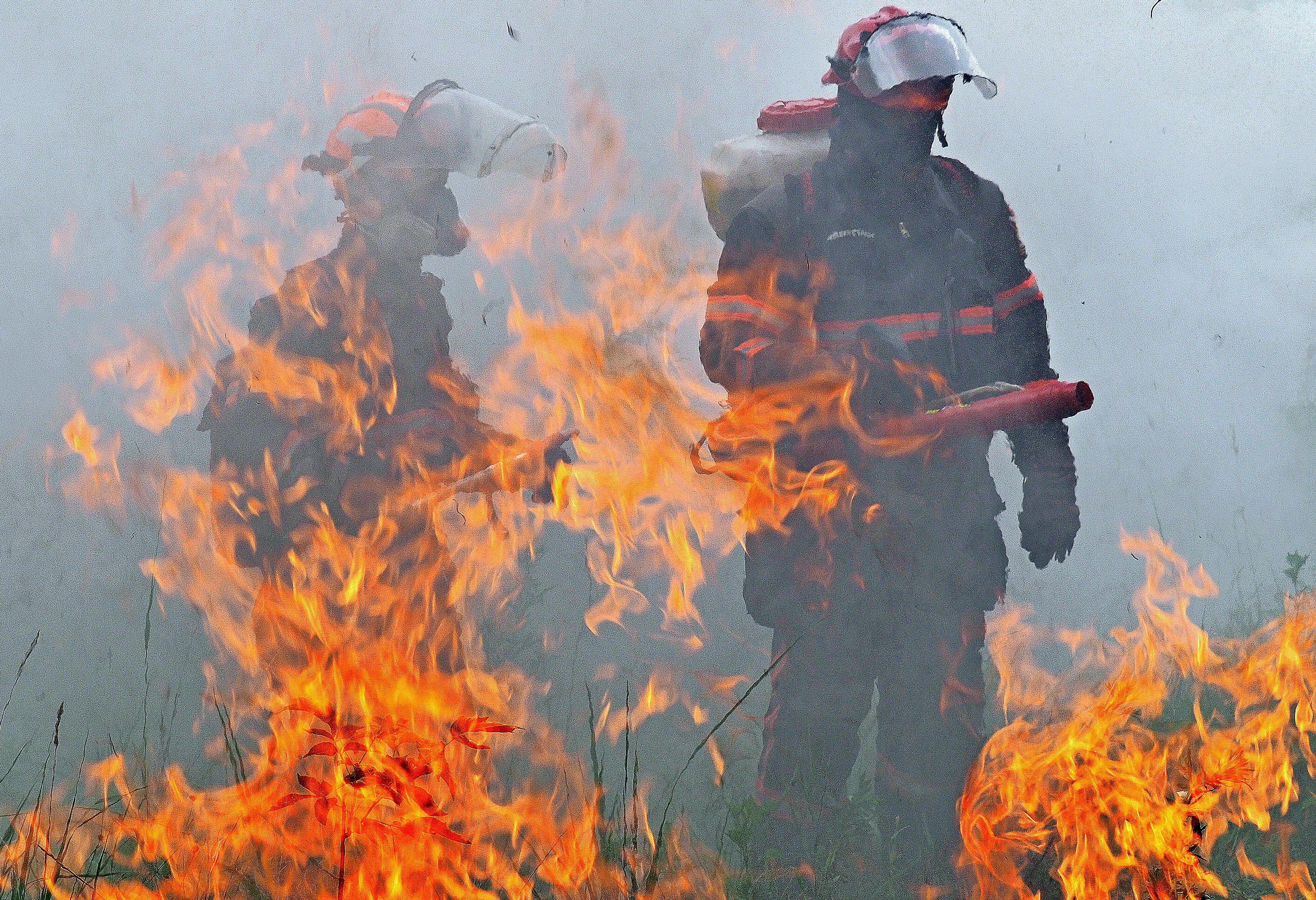 МЧС потушило 30-метровый пожар в автосервисе и магазине на юге Москвы