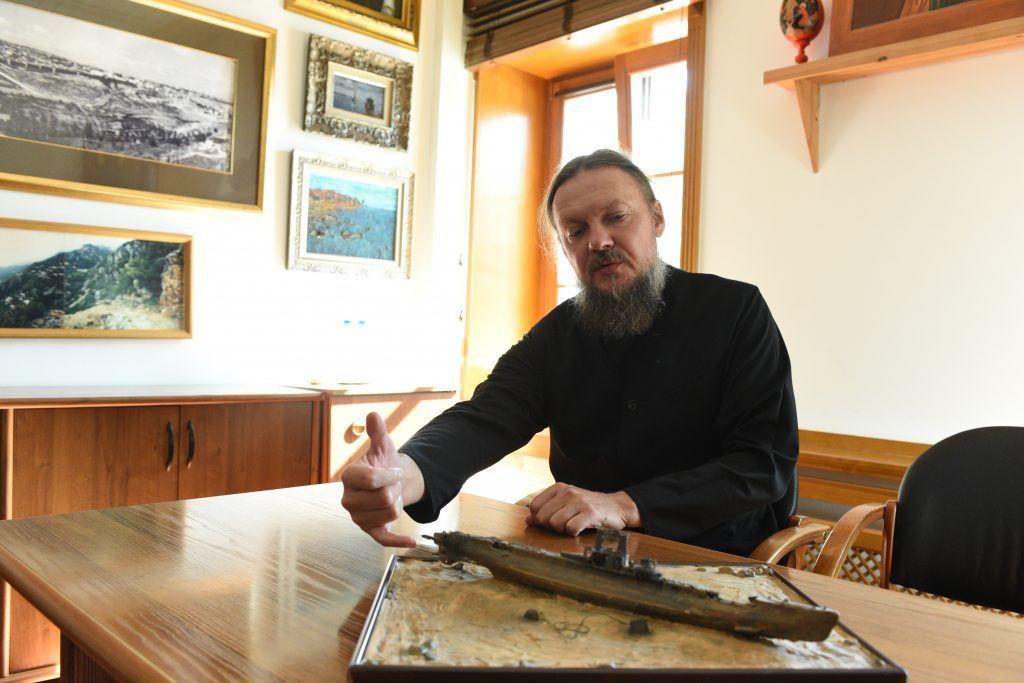 30 августа 2019 года. Эконом Даниловского монастыря отец Иннокентий (Ольховой) показывает модель подводной лодки Щ-320. Фото: Пелагия Замятина
