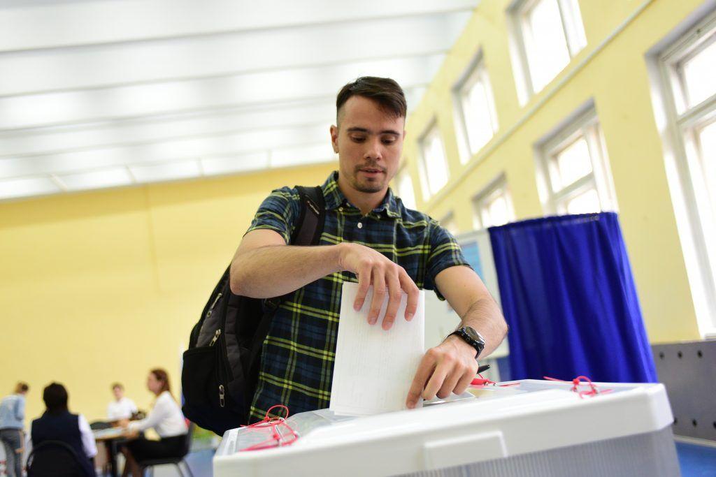 8 сентября. Житель Южного округа Евгений Петров на избирательном участке. Фото: Пелагия Замятина