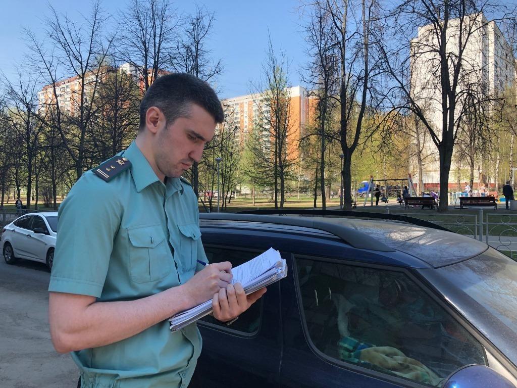 Взыскан штраф за парковку на газоне