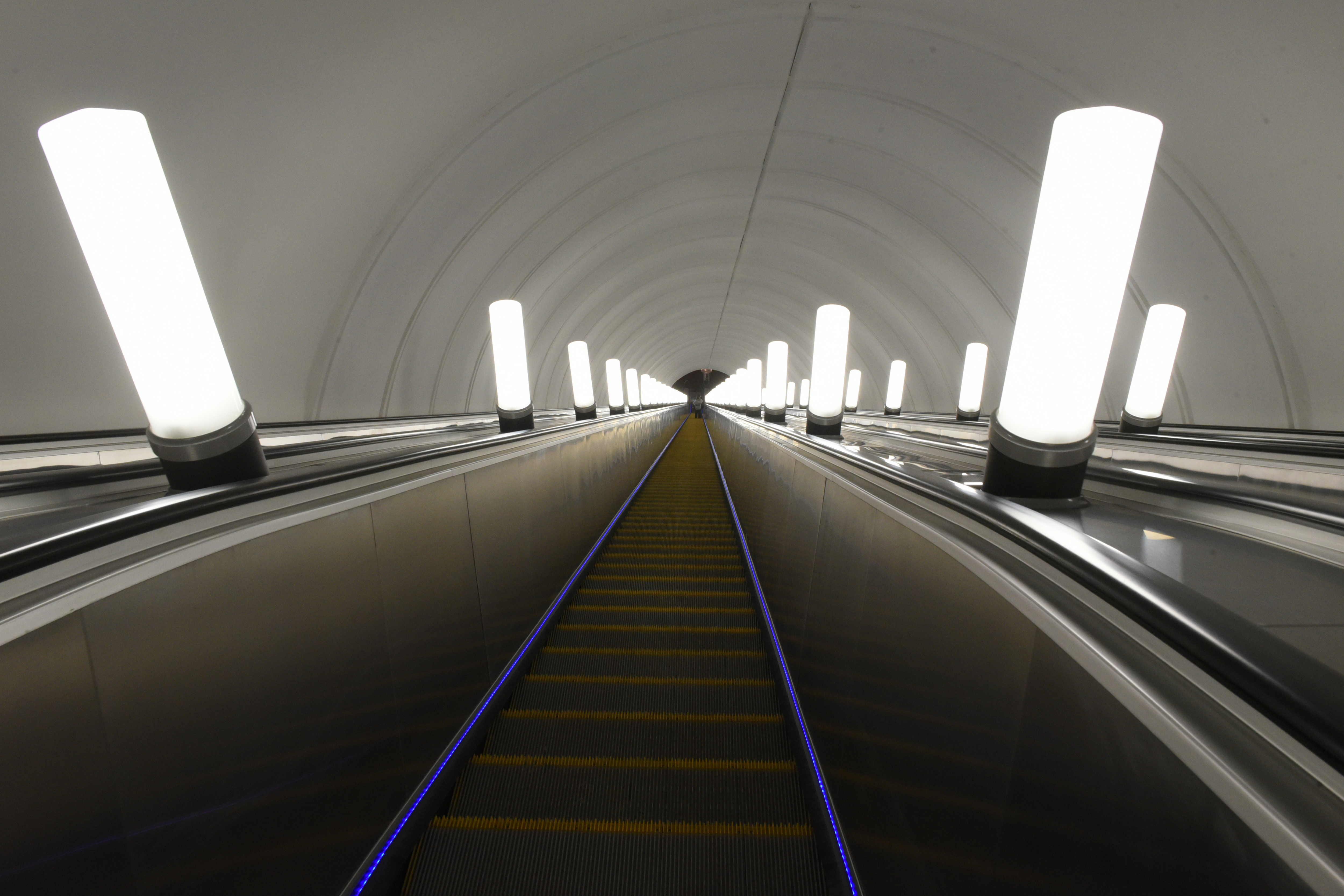 В южном вестибюле станции «Авиамоторная» завершен монтаж эскалаторов